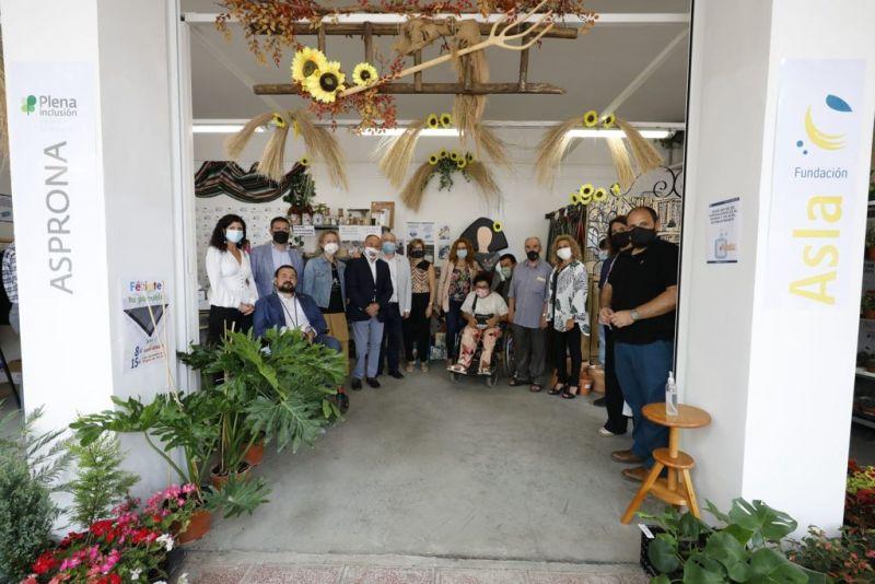 El Alcalde de Albacete visita el stand de Asprona y Fundación Asla en el Recinto Ferial
